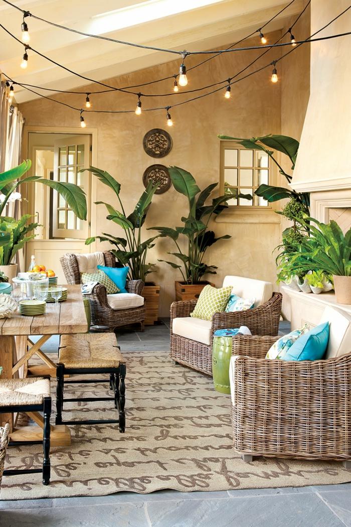 balkonmöbel kleiner balkon, rattan, paletten oder holzmöbel, plastik, glas, materialien können unterschiedlich sein, schöner kleiner balkon mit beleuchtung und deko bunt