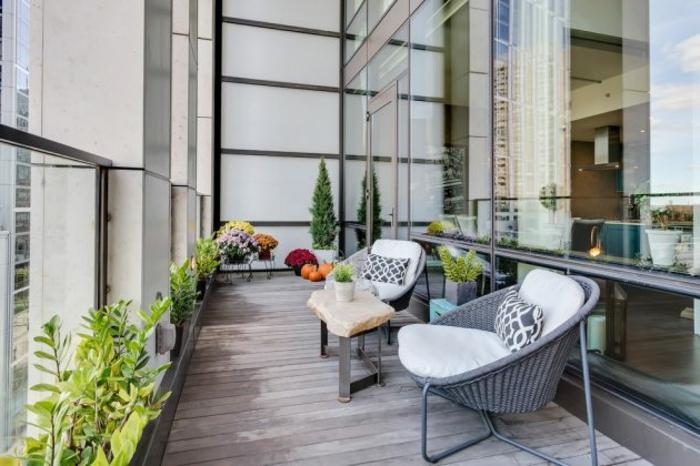 balkonmöbel kleiner balkon, interessantes design der sessel auf dem balkon, balkongestaltungsideen, glaswand