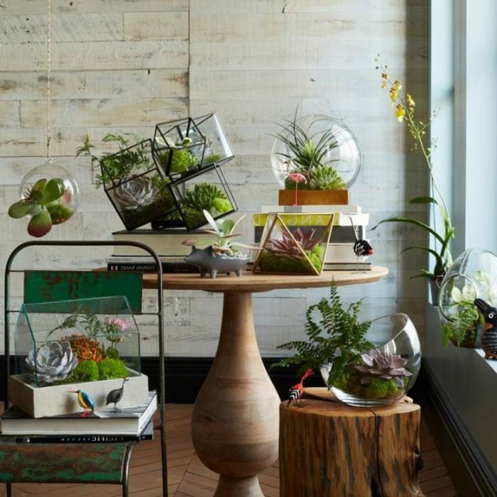 balkon dekorieren, schöne ideen für die pflanzen, glastopf, holzunterlagen, kreative designs