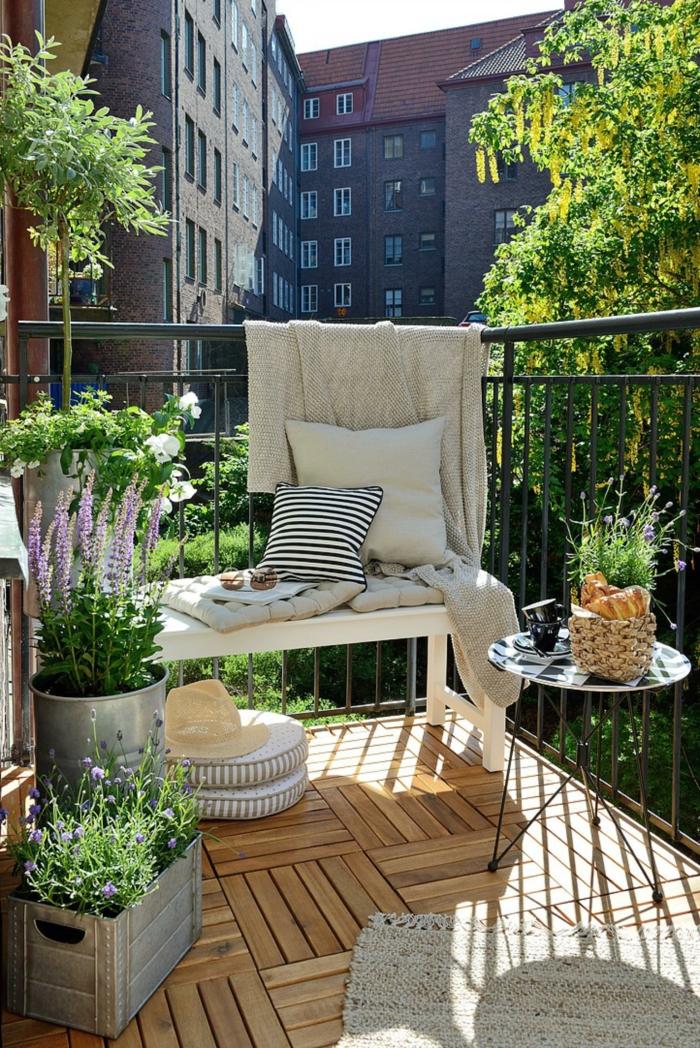 balkon dekorieren, kissen, sitzkissen, bodenkissen, viele grüne pflanzen. kräuter wie basilikum, rosmarin u.a. decke für die kalten abenden
