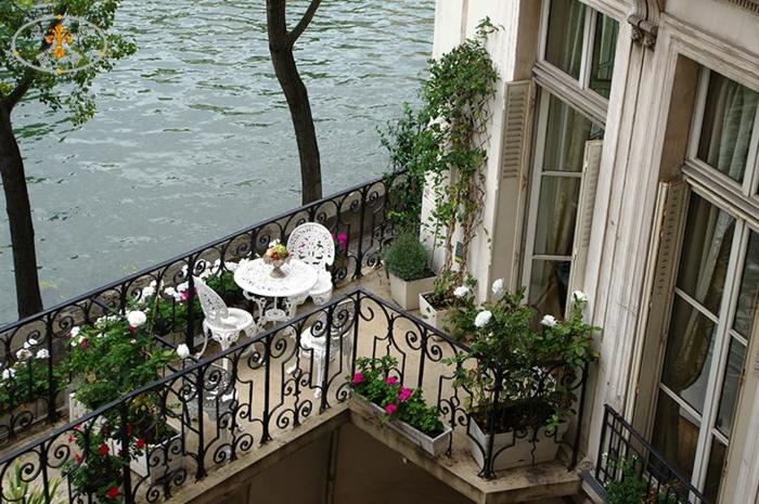 balkon ideen selber machen, einrichtungsstil wie in paris, weiße kleine möbelset idee, tisch mit zwei stühlen romantik