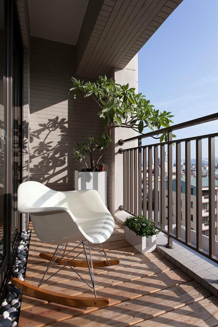gartenmöbel für kleinen balkon, kreatives design der möbel auf der terrasse, schöne große grüne pflanze oder baum