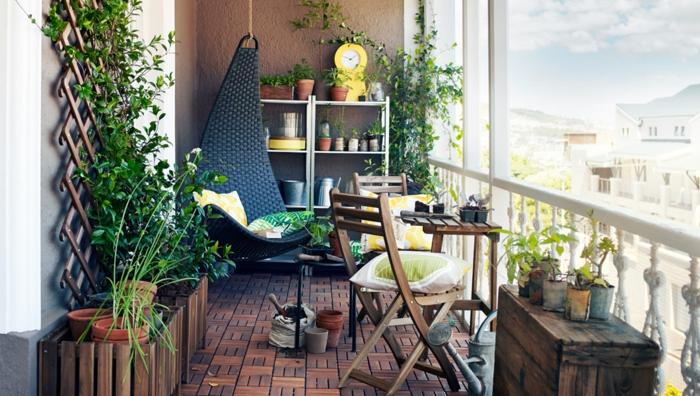schöne balkoneinrichtungsidee, balkon dekorieren, hängesessel, pflanzenwand, windelpflanzen, authentisch und retro einrichtungsstil, kreativ