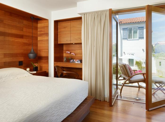 wie soll man einen balkon gestalten, der am schlafzimmer steht, schöner luxusstil, kleine räume, bett, mini terrasse, sessel auf dem balkon