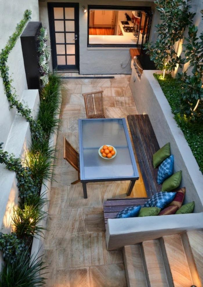 ein bild von oben, balkonmöbel für kleinen balkon, hölzerne bank, tisch und stühle, kleiner platz optimal ausnutzen