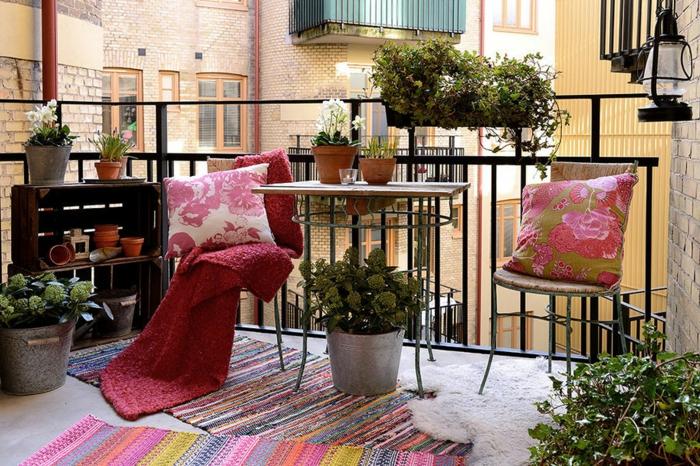 balkonmöbel für kleinen balkon, balkon ideen zum nachmachen, rosarote gestaltung, bunte kleine teppiche