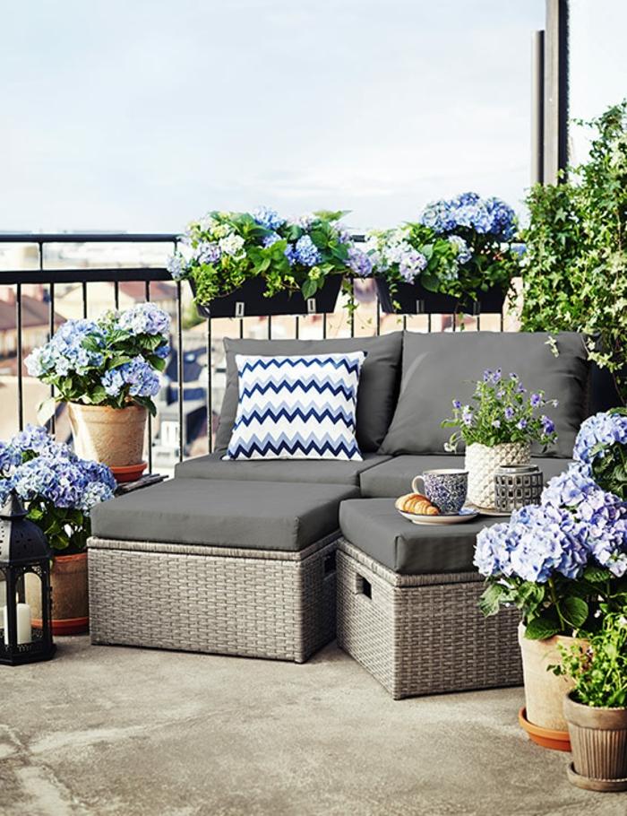 kreative balkonmöbel für kleinen balkon, sessel, hocker und zusammen ein liegestuhl, frische blumen zur verschönerung des flairs