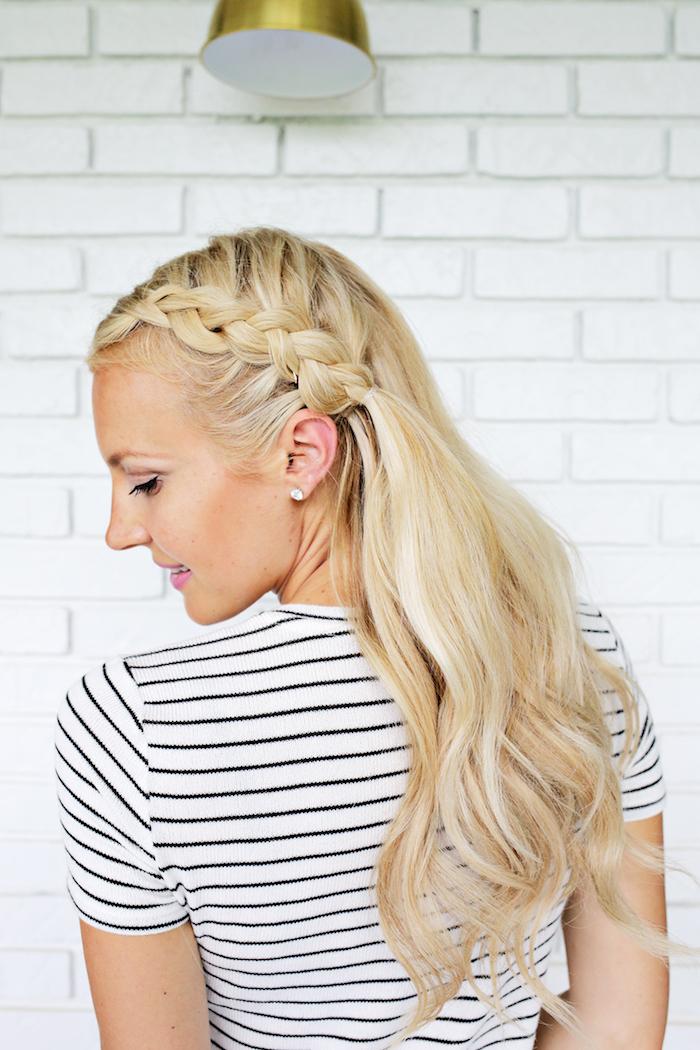 Halboffene Frisur mit seitlichem Zopf, lange blonde Haare, gestreiftes Top, rosa Lippenstift, schwarze Mascara