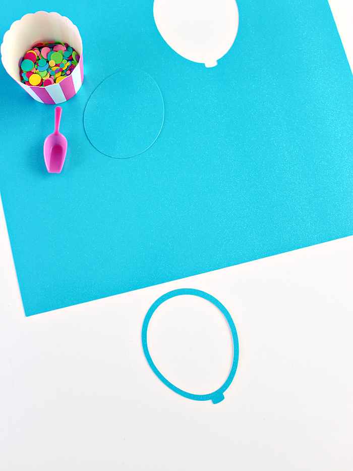 Tolle DIY Idee für Kinder, kleine Ballons aus blauem Papier schneiden, erster Schritt