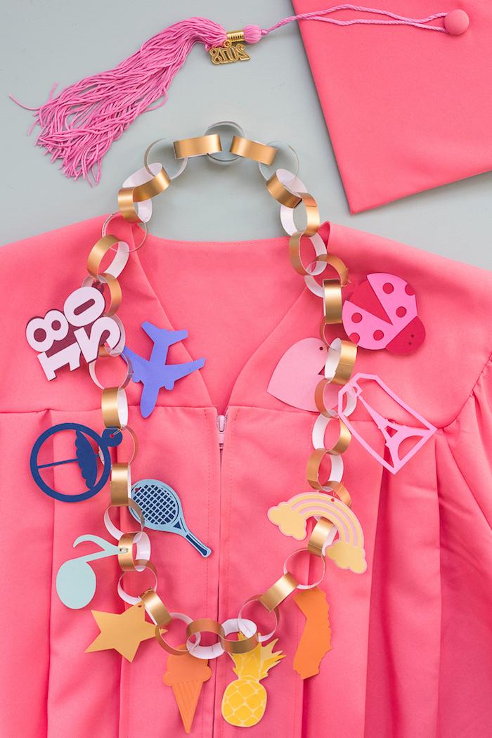 DIY Girlande aus Papier mit Kleinkindern, rosa Hemd und Clutsch