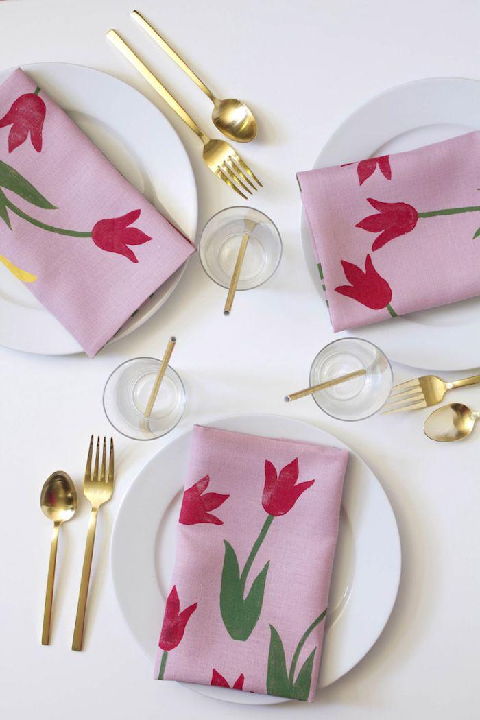 Tischdeko mit Kindern selber machen, Servietten mit Tulpen, DIY Idee zum Nachmachen