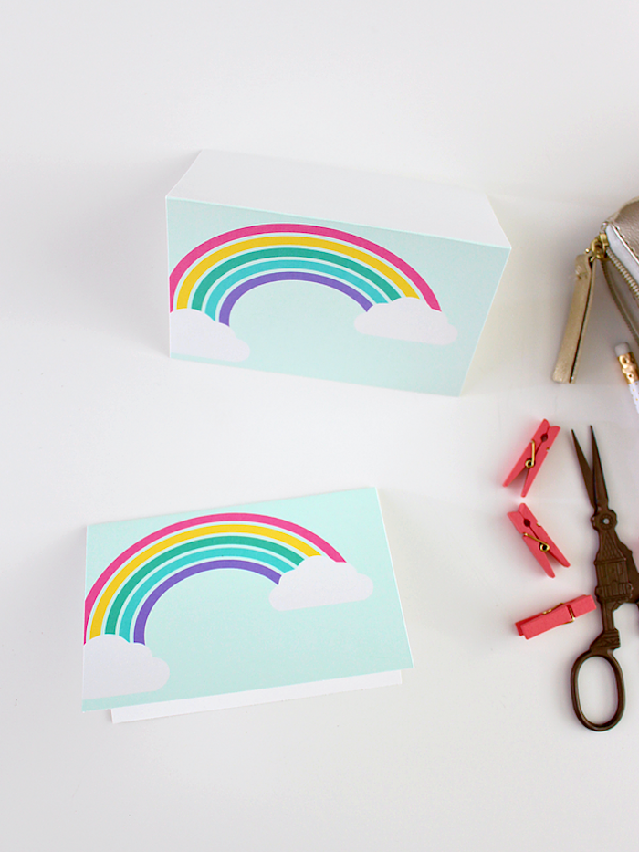 Basteln mit Kleinkindern, Karten mit Regenbogen und Wolken selber machen