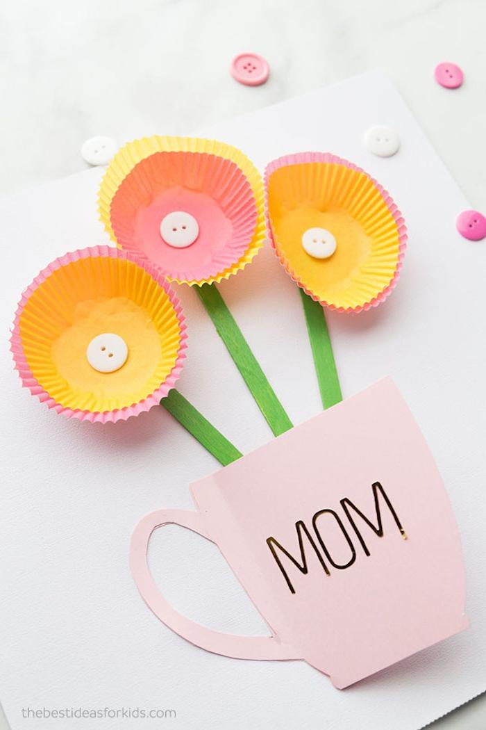 Karte zum Muttertag basteln, Blumen aus Muffin Förmchen und Knöpfen