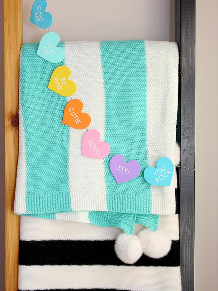 Girlande aus bunten Herzen selber basteln, coole DIY Deko Idee für Kinder und Erwachsene