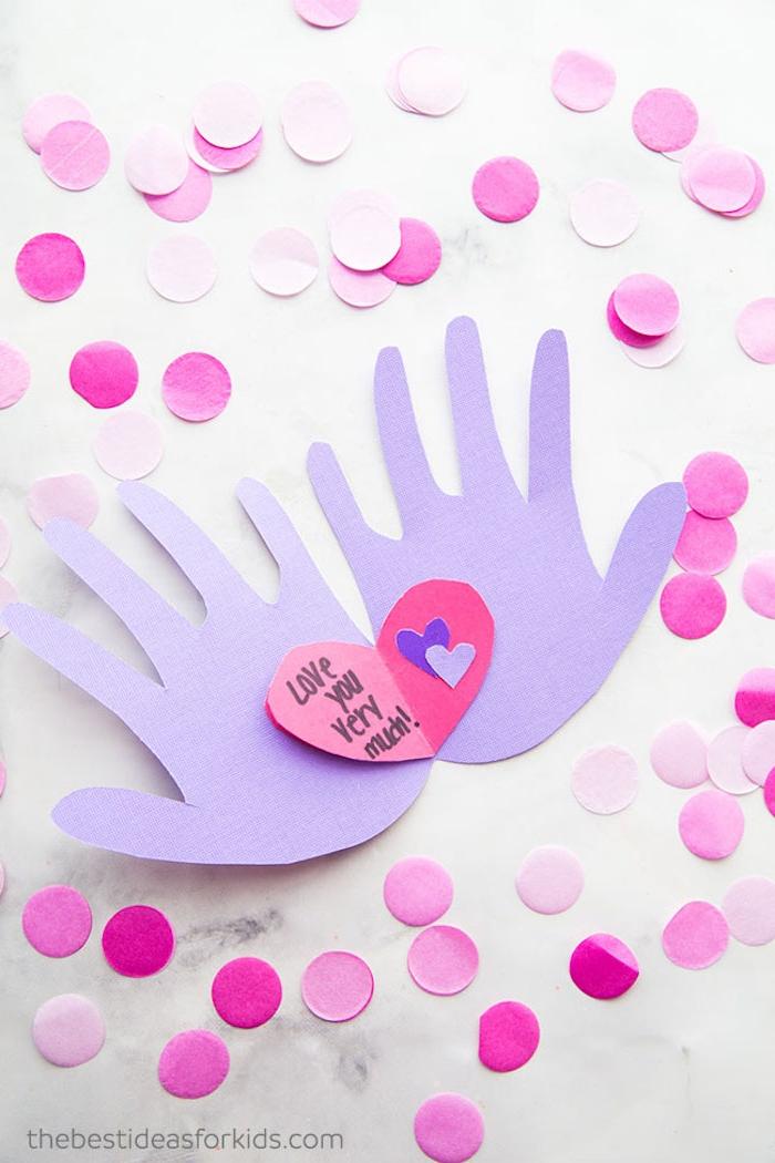 Bastelidee für Kinder mit Handabdrücken, Herz mit Botschaft, rosa Papierkreise