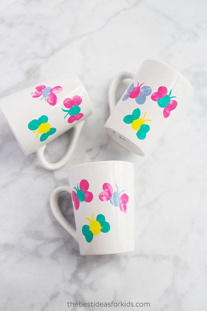 Tassen mit Kindern dekorieren, bunte Schmetterlinge aus Fingerabdrücken