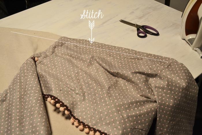 eine schwarze schere und ein weißer tisch mit einem tipi zelt mit vielen kleinen pinken punkten und einem weißen Bügeleisen