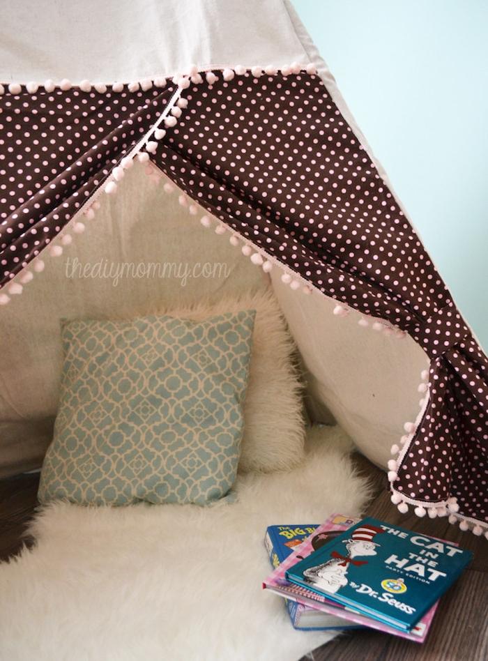 tipi zelt kinderzimmer, eine kinderzimmer einrichtung, grüne wände und ein zelt mit weißen und grünen kissen und aus einem stoff mit vielen kleinen pinken punkten