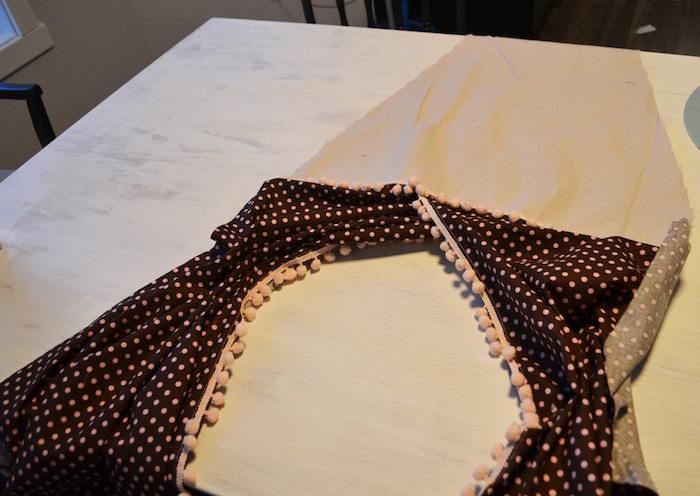 ein weißer tisch und drei schwarze stühle, ein fenster und weiße wände. ein tipi nähen, ein zelt aus einem stoff mit vielen pinken punkten