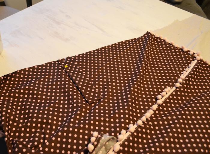 ein weißer tisch und ein stoff für ein tipi zelt mit vielen kleinen pinken punkten und schwarze stühle, ein tipi zelt selber bauen, kinderzimmer einrichtung
