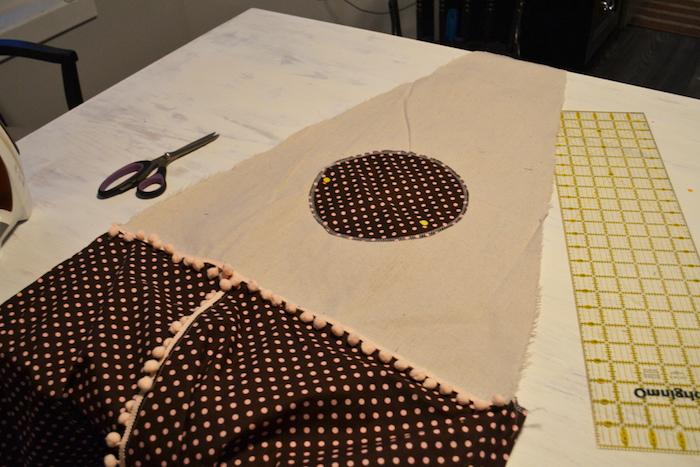 eine schwarze schere und ein weißer tisch mit einem kinderzelt tipi aus einem stoff mit vielen kleinen pinken punkten, tipi zelt kinderzimmer