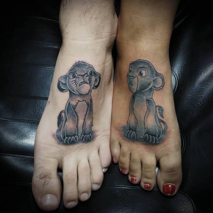 lion king tattoo mit sima, ein bein mit einem roten nagellack, tattoos für paare mit kleinen schwarzen löwen, zqei beine mit löwe tattoos