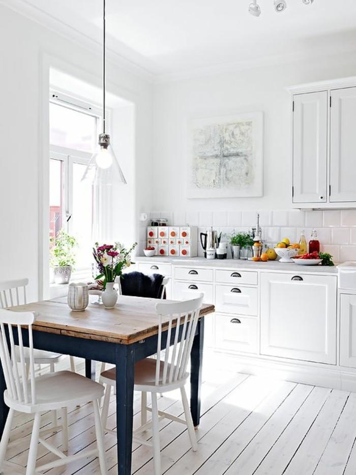 bilder esszimmer deko ideen zum entlehnen, weißes bild an der wand, kleiner tisch für vier personen, minimalistische deko