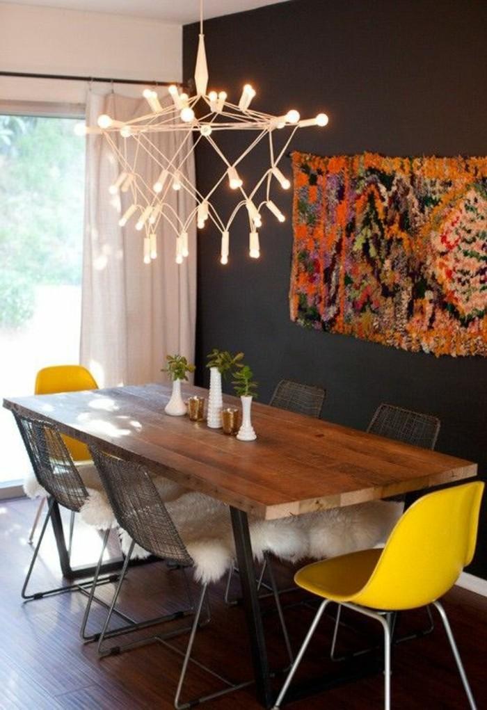esszimmer einrichten, eine schöne idee für wanddeko aus stoff anstelle von bildern, schöne lampe aus vielen kleinen glühbirnen
