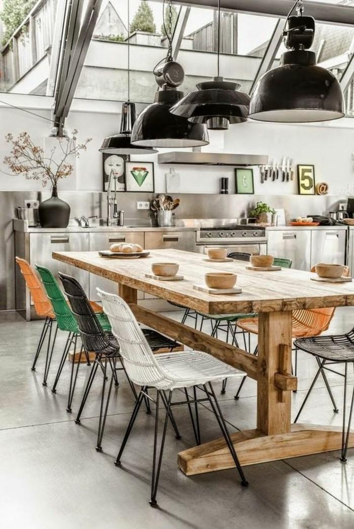 esszimmer modern und künstlerisch einrichten und dekorieren, schwarze lampen, bunte stühle, massiver tisch aus holz