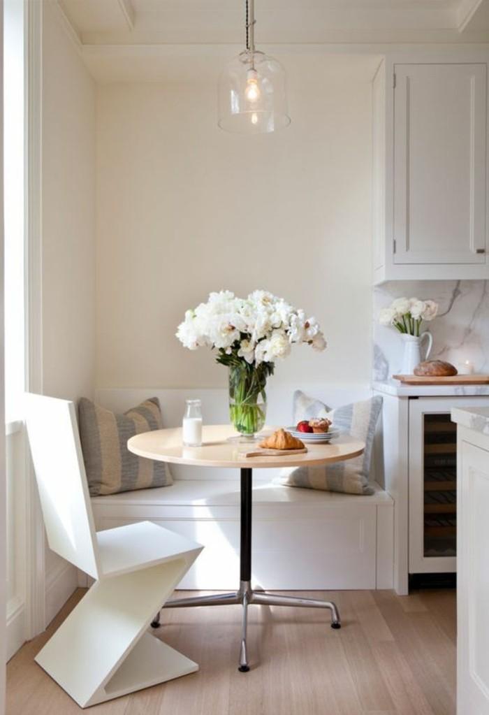 eine weitere idee für tisch für kleine küche, runder tisch gibt mehr freie plätze, prächtiger blumenstrauß aus weißen blumen, weißer stuhl, bank mit kissen zum sitzen