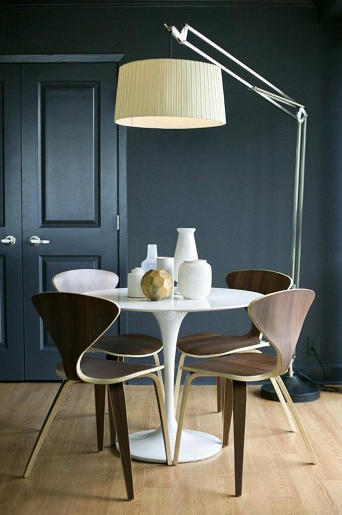 kleines esszimmer modern gestalten, runder tisch mt vier stühlen ausstatten, eine große stehlampe