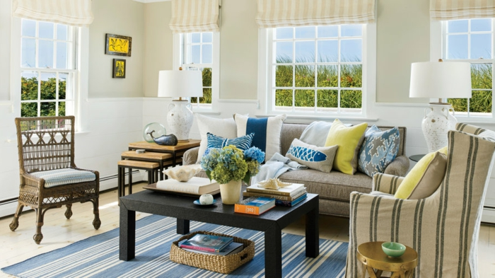 blauer Teppich, schwarzer Tisch, beige Möbel, Wohnideen Wohnzimmer