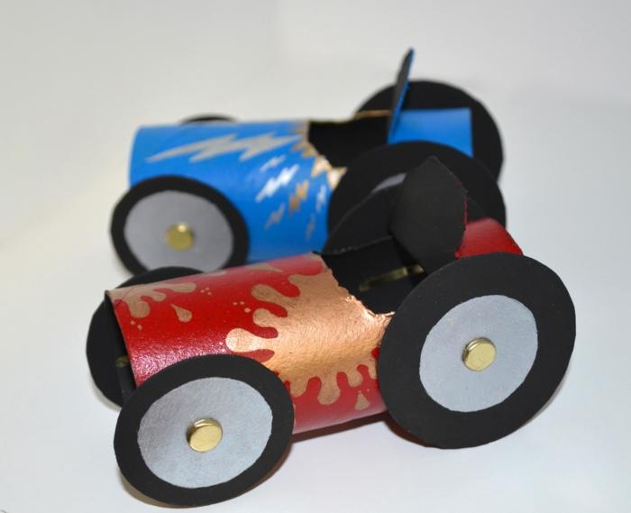 ein rotes und ein blaues Auto mit goldenen Farben, klein und großes Rad