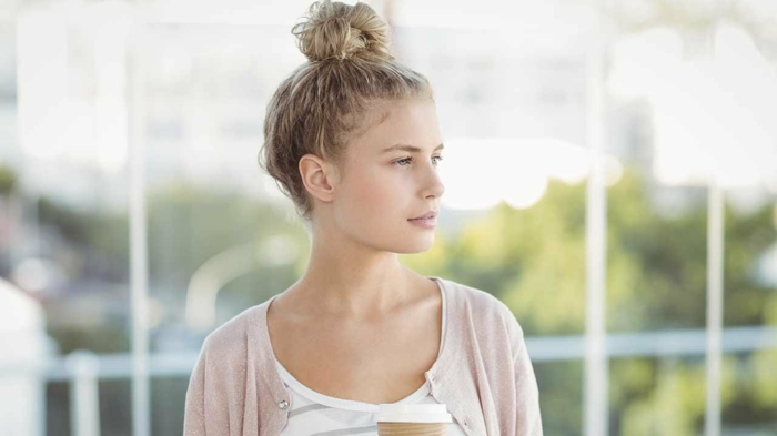 blonde Haare mit einem Dutt, ein rosa Jacke, weiße Bluse, Messy Dutt