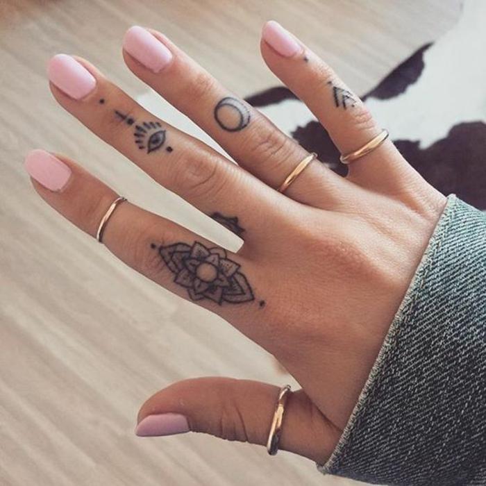 zeichnungen von blumen tattoo arm, hand, finger, viele goldene ringe an den fingern, kleine tattoos