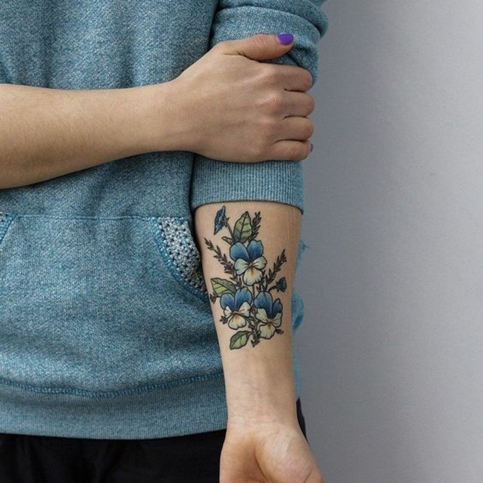 blumen tattoo arm, drei große blaue blumen mit den blättern und stängeln rund herum, baue bluse