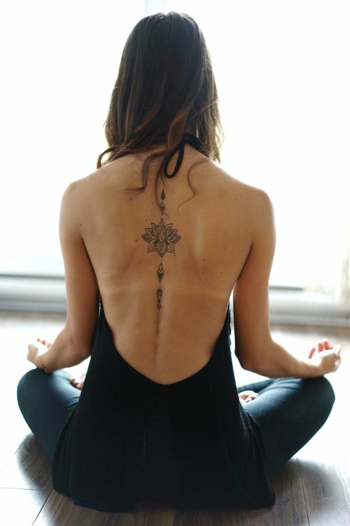 schönes blumen tattoo am rücken, mandala tätowierung, eine frau macht yoga übungen, rückenlose bluse