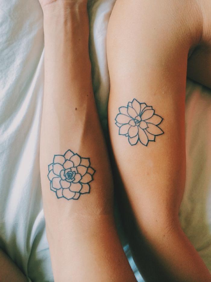 partnertattoos, zwei ärme mit tattoos, blumen tattoo in schwarz, zeichnungen, mann und frau
