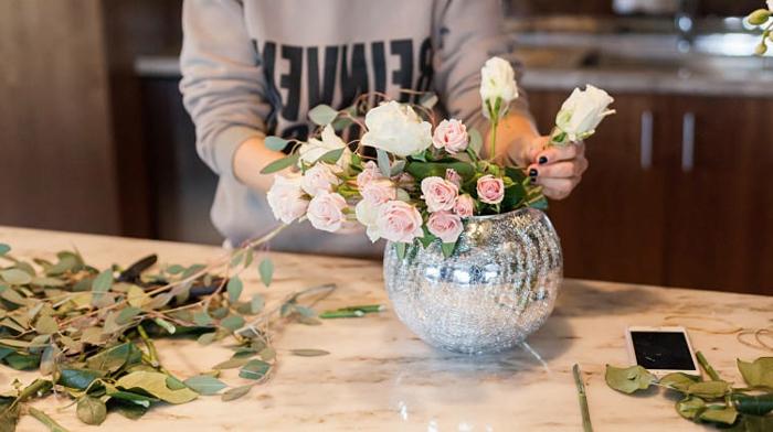 Tischdeko Selber Machen, Faszinierend Und Einfach, Rosen In Weiß Und Rosa  In Einer Besonders