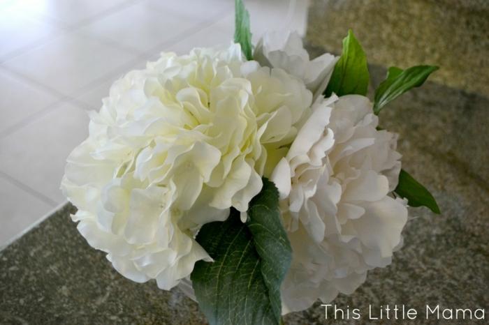 einfache tischdeko ideen in weiß, ein paar blumen in der vase stecken und die beste deko ist fertig