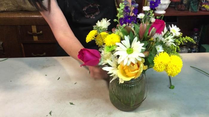 blumengestecke ideen, bunte blumen, dekorationen, gelbe blumen, pinke rosen, weiße gänseblume groß
