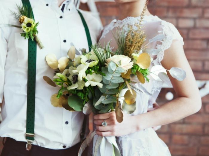 blumengestecke ideen, für eine hochzeit im herbst, grün, weiß und goldene dekorationen an dem blumenstrauß