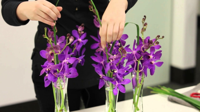 ikebana gestecke mit lila blumen aus dem garten, deko ideen für jedes zuhause, hobby