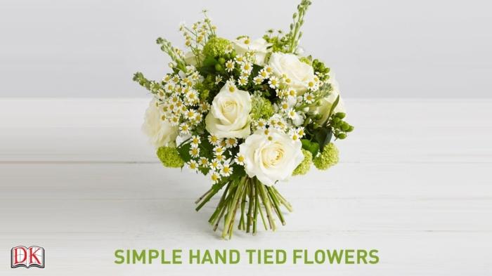blumendeko tisch, rosen, weiß und grün tischdekorationen mit blumen, easy zum selbermachen