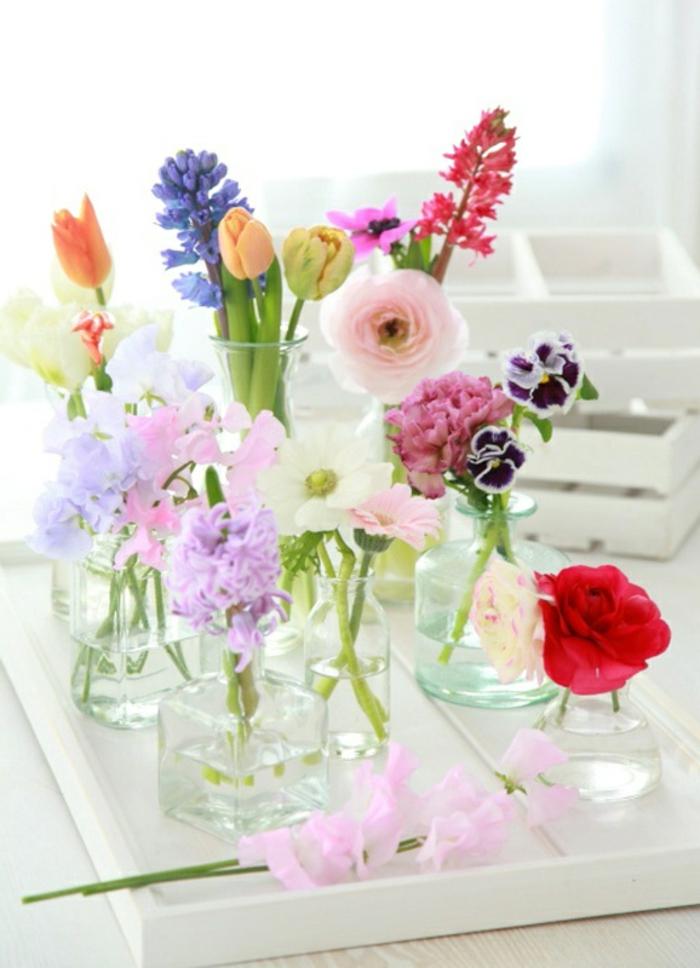 schöne blumendeko tisch, verschiedene blumensorten zur dekoration nutzen, jede blume in eigenem glas