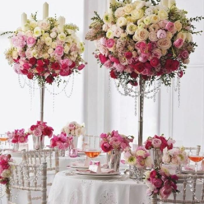 blumendeko tisch zu einem hochzeitsfest idee, kleine bäume aus blumen gestalten, rosa und weiß motivfarben