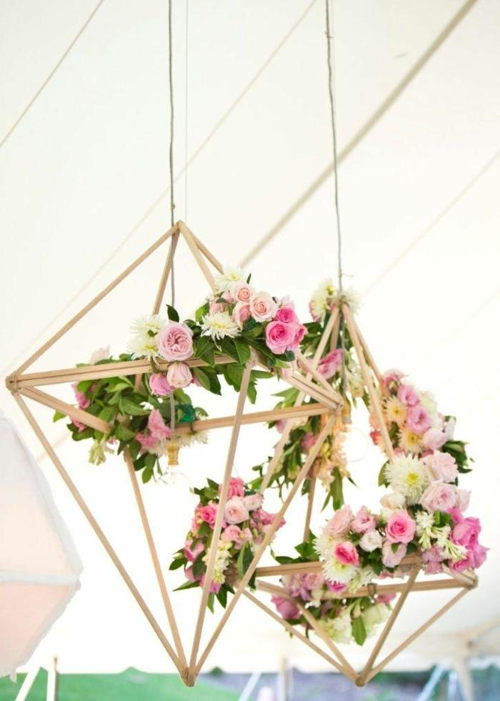 über dem tisch hängen lampen, blumendeko tisch, blumen in den lampen rosa kleine gartenrosen