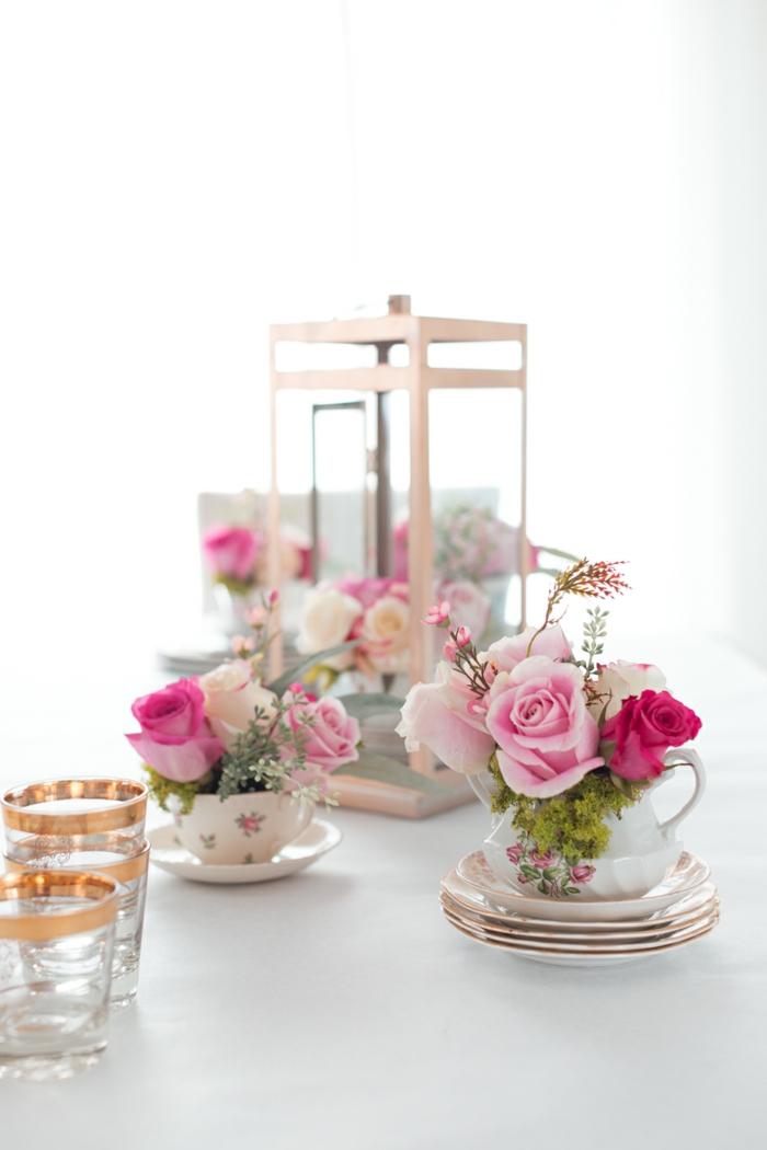 blumengestecke in tassen arrangieren, deko auf dem tisch einzigartig und schön, elegant, rosa blumen