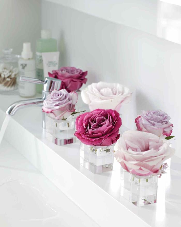 blumengestecke selber machen, eine einfache deko idee für das bad, roseblüten in kleinen gläsern stellen, ans regal dekorieren