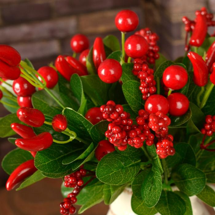 rot und grün, tischdeko geburtstag in jeder saison, idee, rote chilli paprika als teil des blumenstraußes, ganzjährig als deko